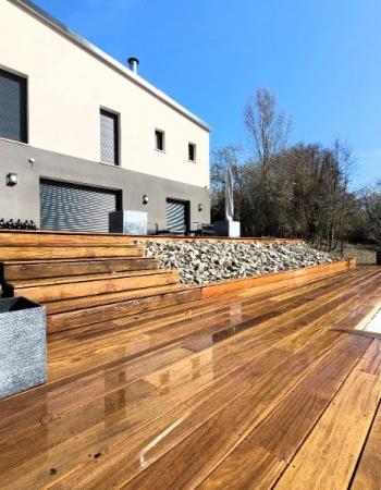 Terrasse en bois exotique implantée sur la côte Fleury autour d'une belle piscine